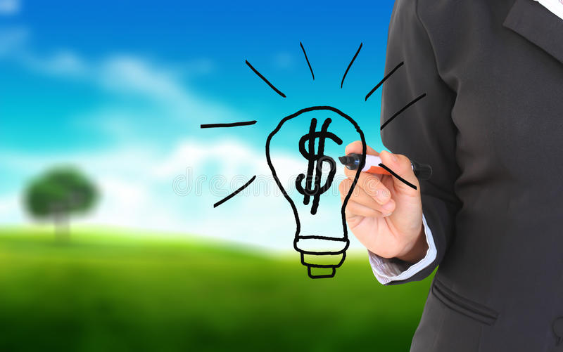 Geschäftsmannhandzeichnung und -idee für das Verdienen des Geldes lizenzfreies stockfoto