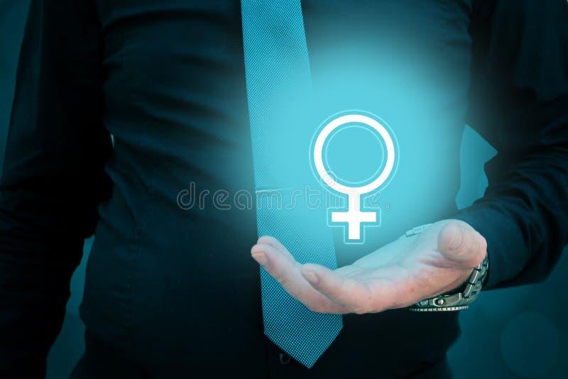 Geschäftsmannholding-Frauengeschlecht unterzeichnen in seiner Hand Mann, der um einer Frau sich kümmert Frauenrecht-Schutzkonzept lizenzfreie stockfotos