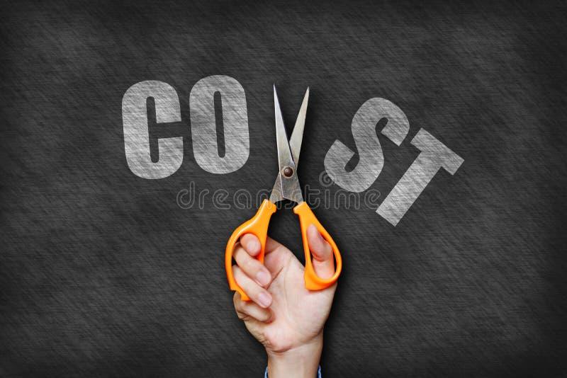 Geschäftsmannholding scissor Ausschnittkostentext auf Tafelrückseite lizenzfreie stockfotos