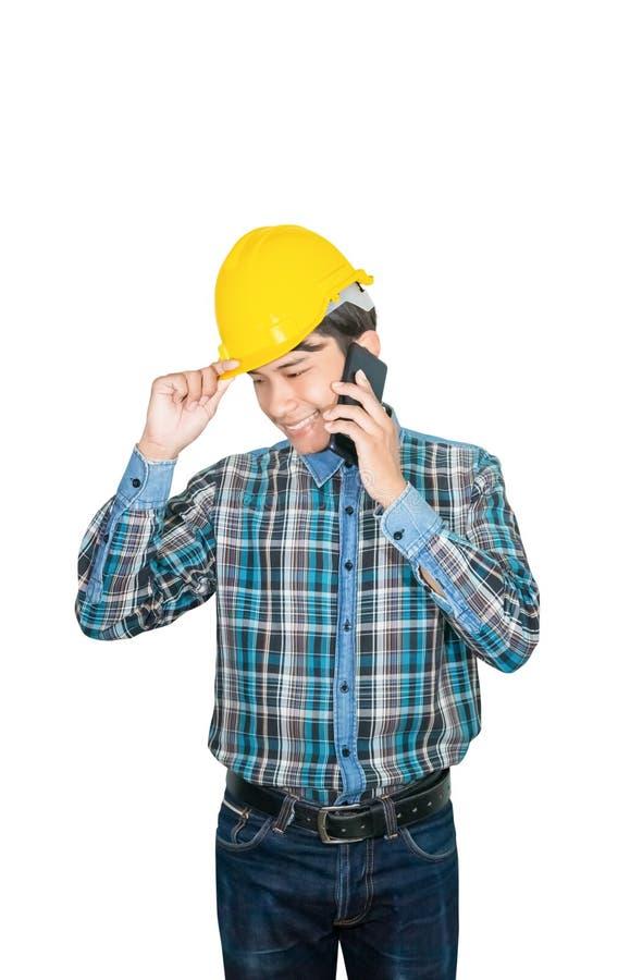 Geschäftsmanningenieur-Gesprächsbefehl mit Handy mit 5g Netz, bewegliches Hochgeschwindigkeitsinternet und tragen Sie, gelben Sch lizenzfreie stockfotografie