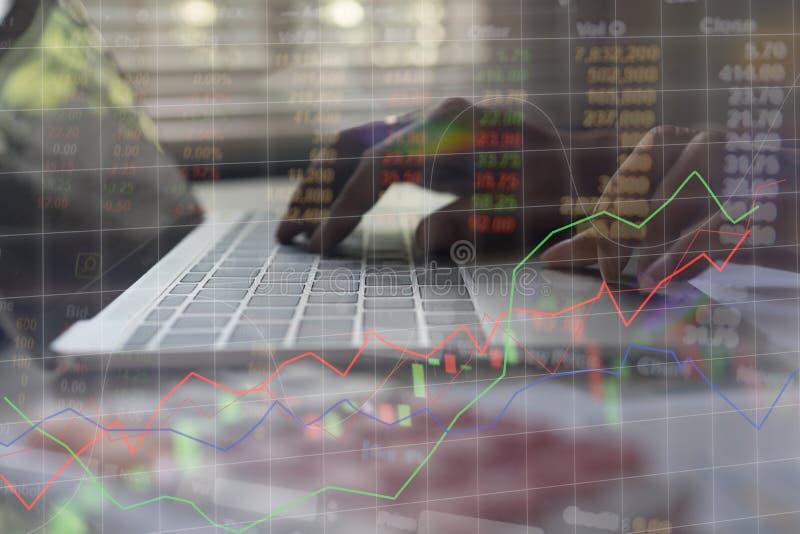 Geschäftsmannkontrolle analysiert ernsthaft einen Finanzberichtsinvestor stock abbildung