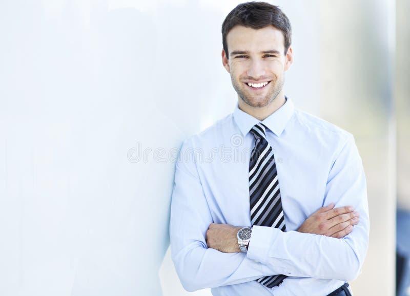 Geschäftsmannlächeln lizenzfreies stockbild