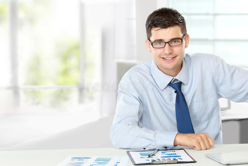 Geschäftsmannlächeln lizenzfreies stockfoto