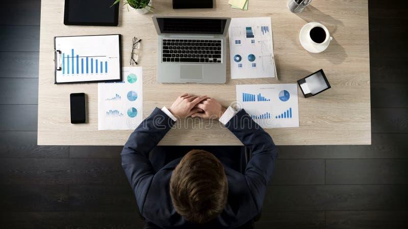 Geschäftsmannlese-E-Mail auf Laptop-Computer im Büro, Draufsicht der Tabelle stockfoto