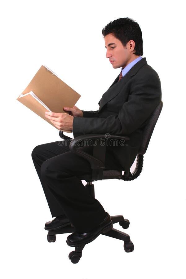 Geschäftsmannlesedokumente stockbild