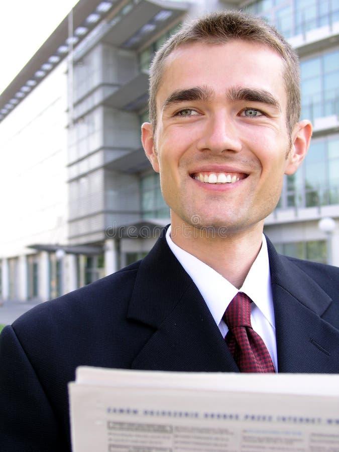 Geschäftsmannlesezeitung stockfoto