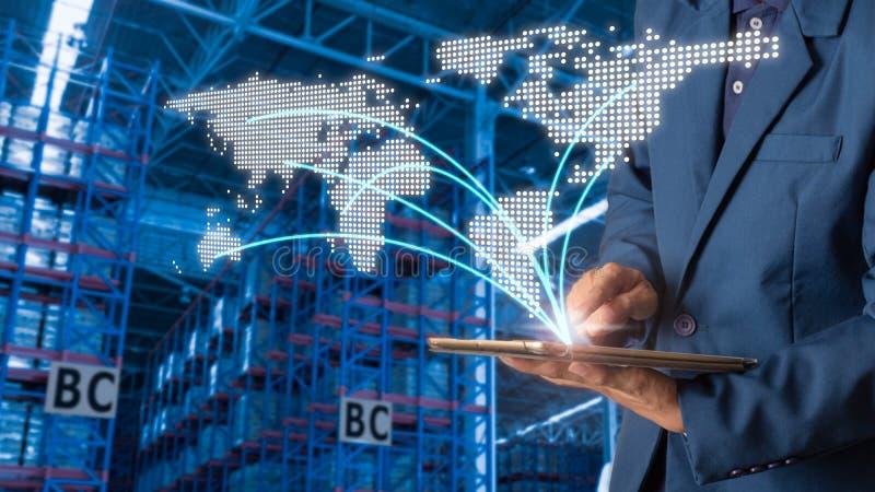 Geschäftsmannmanager, der Tablettenkontrolle und -steuerung für Arbeitskräfte mit modernen Geschäftslagerlogistik verwendet stockfotos