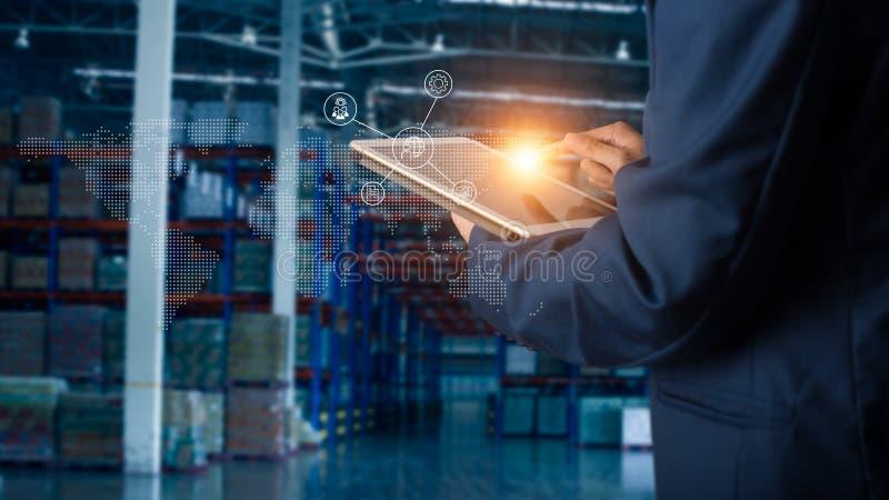 Geschäftsmannmanager, der Tablettenkontrolle und Steuerung und Planung verwendet lizenzfreies stockbild