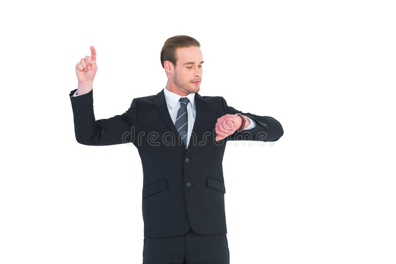 Geschäftsmannmann, der die Zeit oben zeigt mit dem Finger überprüft lizenzfreies stockbild