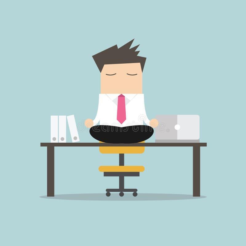 Geschäftsmannmeditation im Büro Yoga am Job junger Mann, der in Lotussitz auf Tabelle mit Computer bei der Arbeit sich entspannt stock abbildung