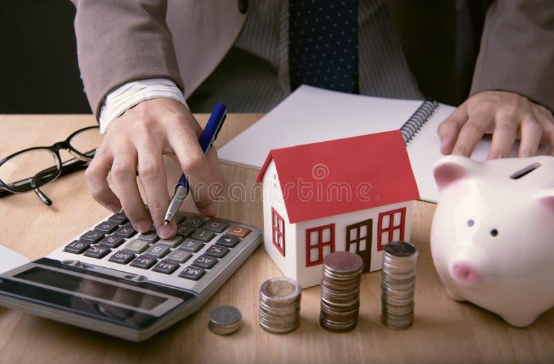 Geschäftsmannmittelangebotkreditvaluta- und -verkaufshaus Konzeptmarkt stockbild