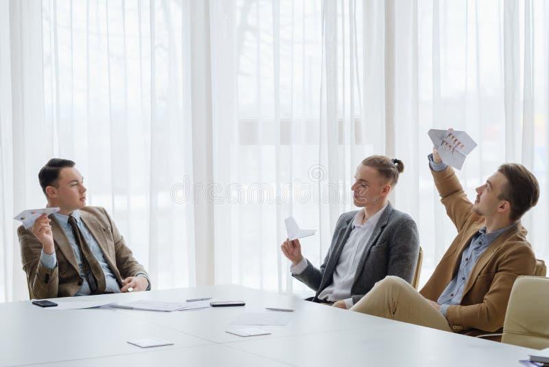 Geschäftsmannpapierflächentreffen kindisch stockfoto