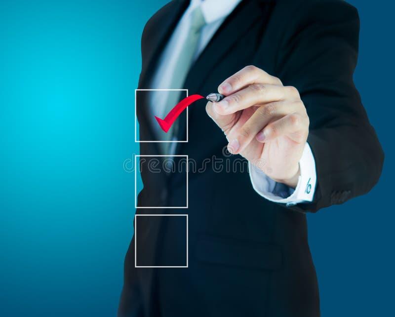 Geschäftsmannprüfungskennzeichen-Checklistenmarkierung lizenzfreies stockbild