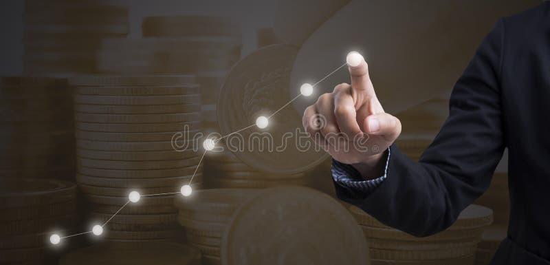 Geschäftsmannrührendes Finanzanalysediagramm stockfotos