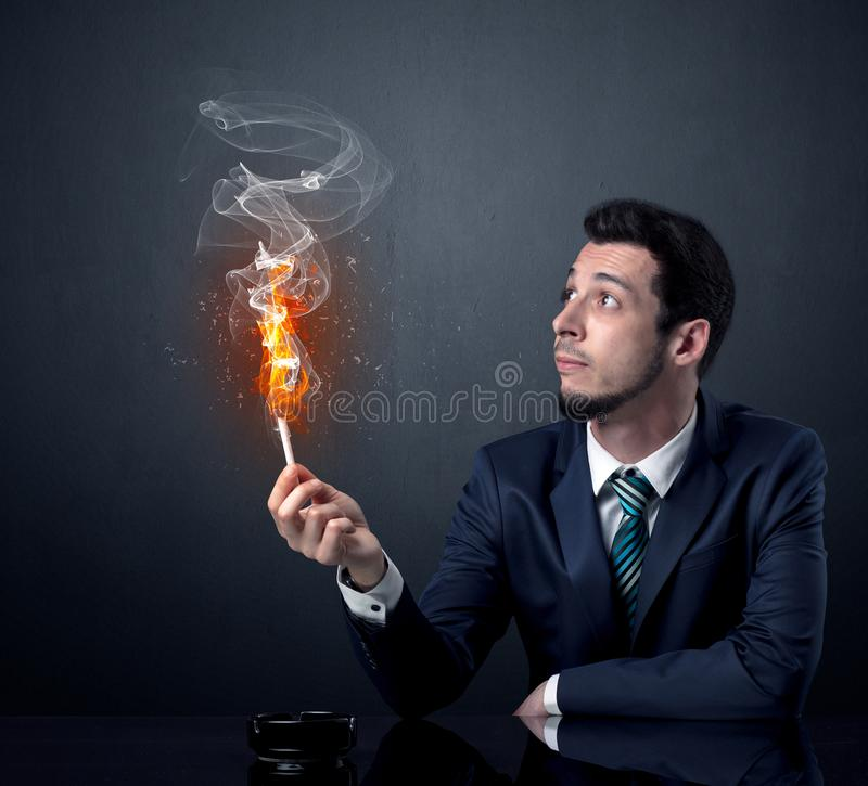 Geschäftsmannrauchen stockfoto