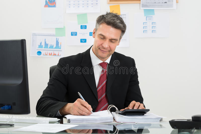 Geschäftsmannrechenfinanzierung stockbilder