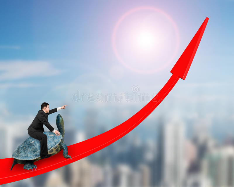 Geschäftsmannreitschildkröte auf rotem Pfeil oben lizenzfreies stockbild