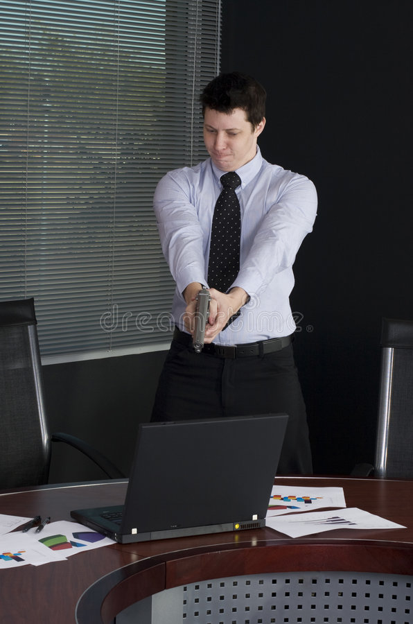 Geschäftsmannschießenlaptop stockfotografie
