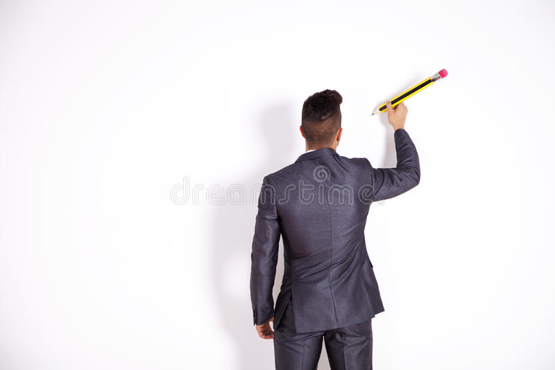 Geschäftsmannschreiben an der Bürowand lizenzfreie stockfotos