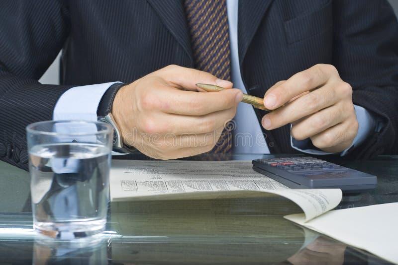 Geschäftsmannschreiben in einem Dokument stockfotografie