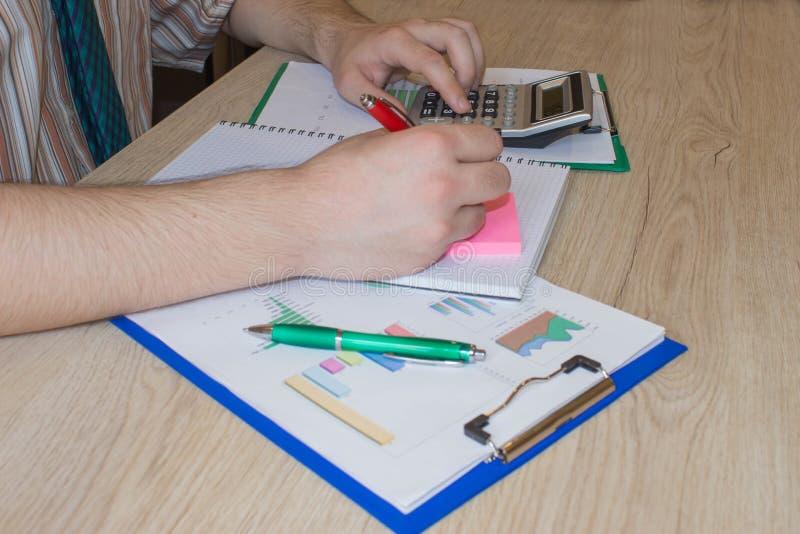 Geschäftsmannschreiben in einem Notizbuch Mann-Funktion bestimmen Arbeitsplatz-Lebensstil-Konzept machen eine Anmerkungsideenanal lizenzfreie stockfotografie