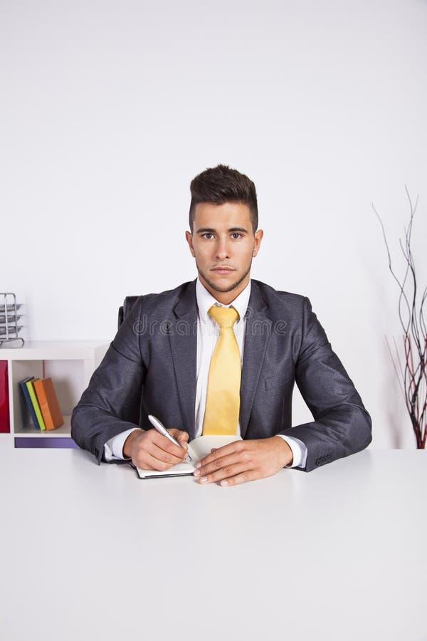 Geschäftsmannschreiben in seinem Organisator lizenzfreie stockfotos