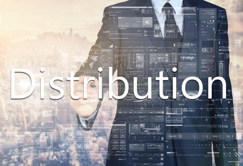 Geschäftsmannschreiben Verteilung auf transparentem Brett mit Stadt lizenzfreies stockfoto