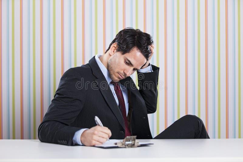 Geschäftsmannschreibensdokumente lizenzfreies stockfoto
