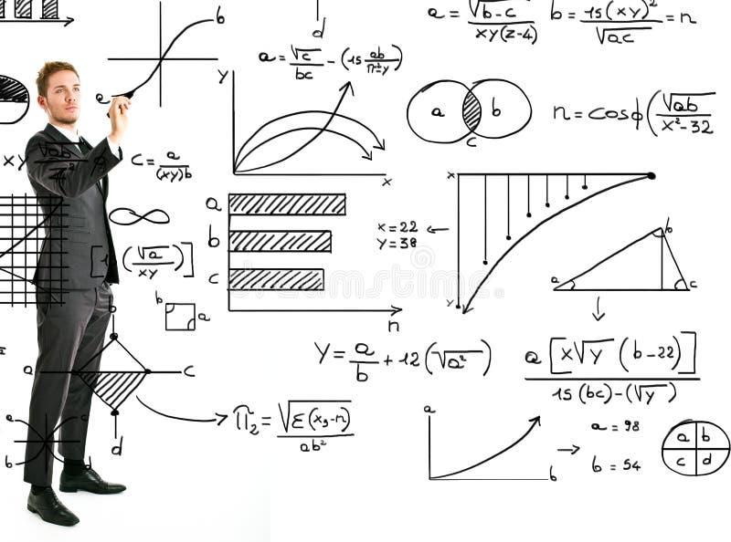 Geschäftsmannschreibensmathe und -diagramme lizenzfreies stockbild