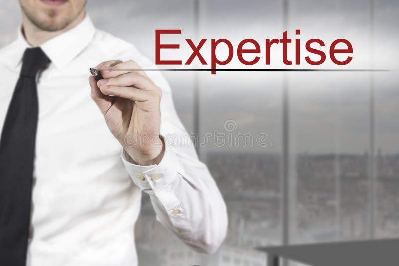 Geschäftsmannschreibenssachkenntnis in der Luft lizenzfreie stockfotografie