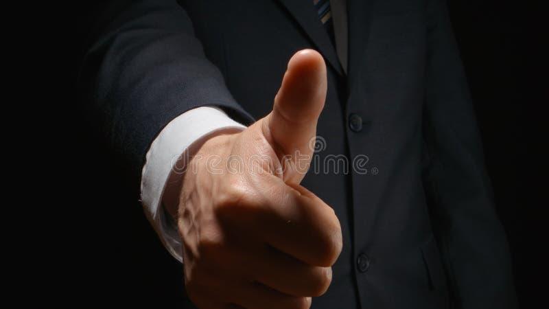 Geschäftsmannshow, die eine Geste eigenhändig MÖGEN stockfotografie