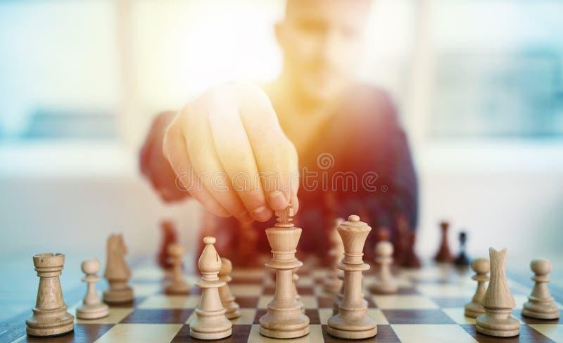 Geschäftsmannspiel mit Schachspiel Konzept der Geschäftsstrategie und der Taktik lizenzfreie stockbilder