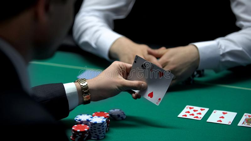 Geschäftsmannspieler, der die schlechte Kombination behandelt vom Croupier, Paar Zweien betrachtet stockbilder