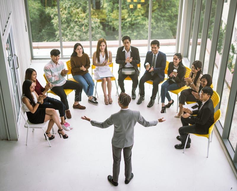 Geschäftsmannsprecher, der ein Gespräch beim Geschäftstreffen gibt Publikum im Konferenzsaal stockbilder