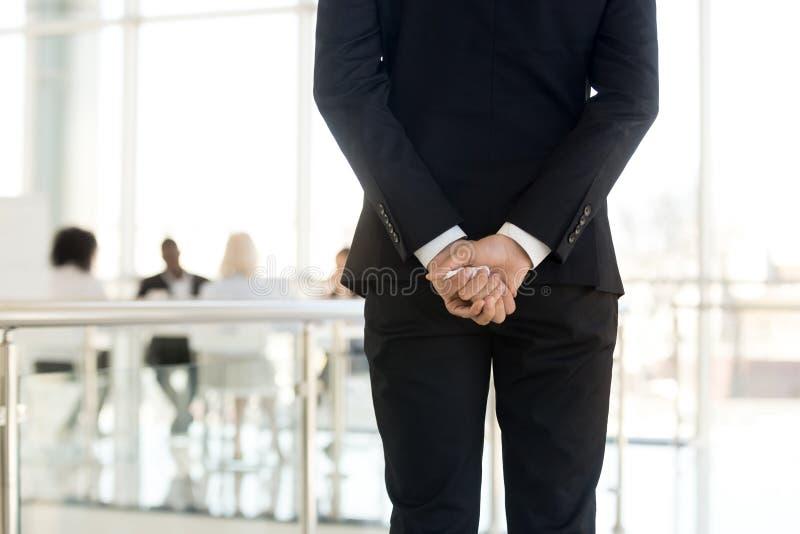 Geschäftsmannstellung der hinteren Ansicht im modernen Büro lizenzfreies stockfoto