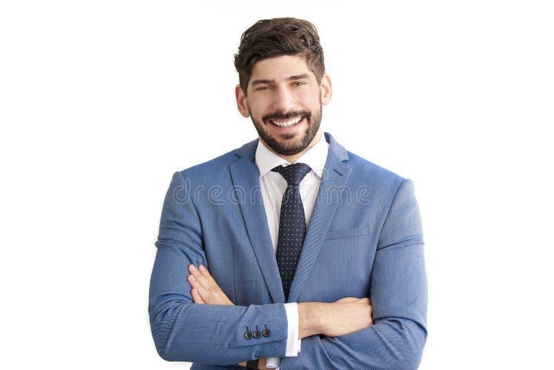 Geschäftsmannstellung an lokalisiertem weißem Hintergrund und an tragendem Anzug lizenzfreie stockbilder