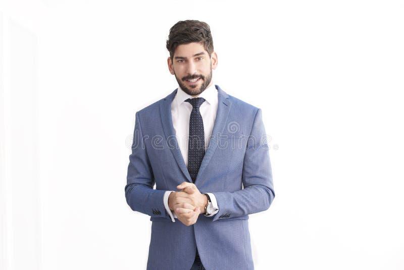 Geschäftsmannstellung an lokalisiertem weißem Hintergrund und an tragendem Anzug lizenzfreie stockfotos