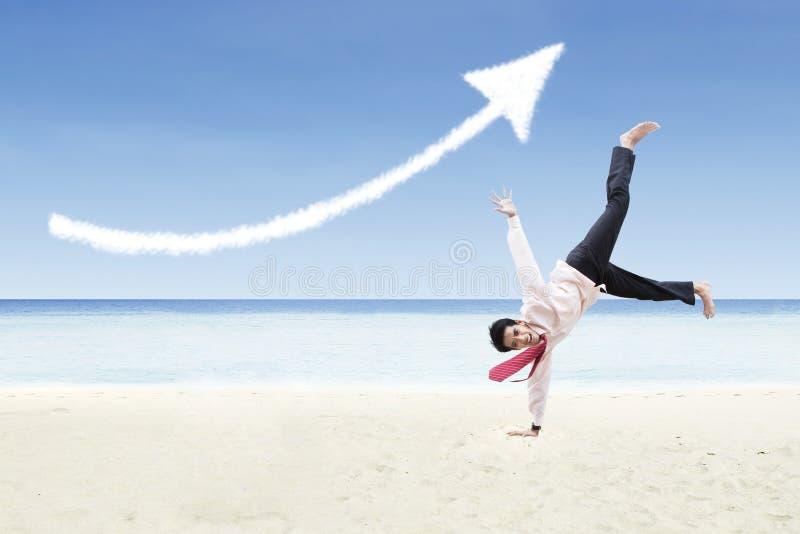 Geschäftsmanntanz- und -zunahmepfeil unterzeichnen Wolke am Strand vektor abbildung