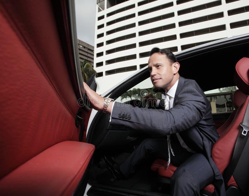 Geschäftsmannverlassen ein sein Auto lizenzfreie stockfotografie
