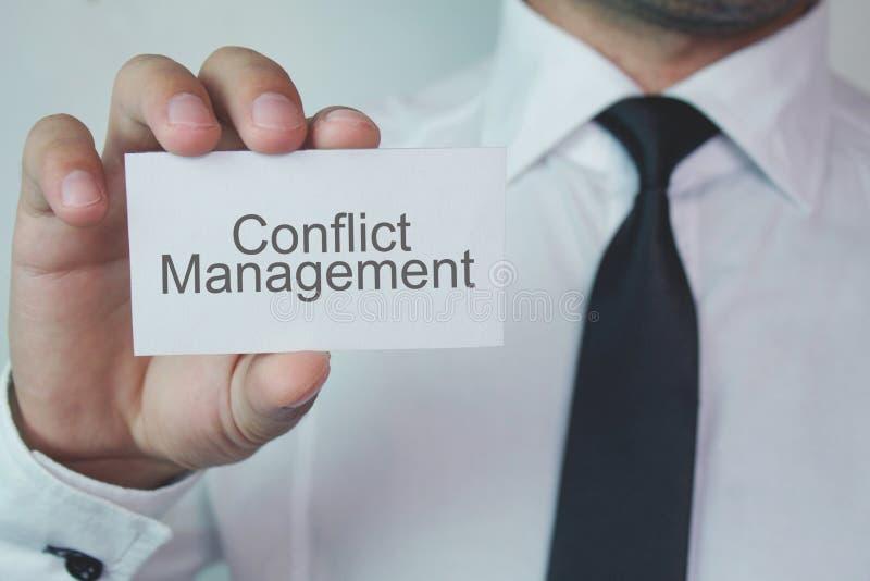Geschäftsmannvertretung Konflikt-Managementwort auf Visitenkarte lizenzfreies stockbild