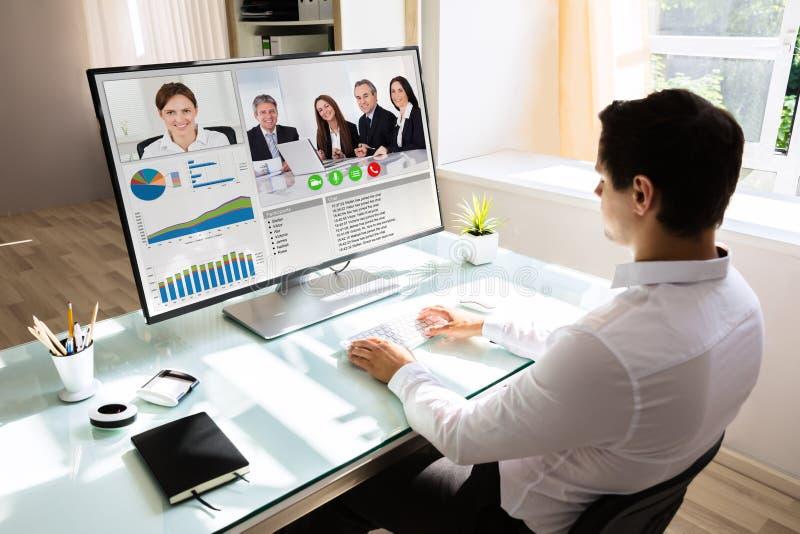 Geschäftsmannvideokonferenz auf Computer lizenzfreie stockfotos