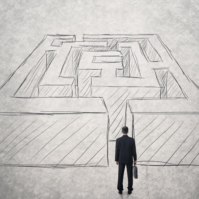 Geschäftsmannweg in ein schwieriges Labyrinth stockfotografie