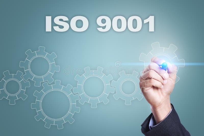 Geschäftsmannzeichnung auf virtuellem Schirm Konzept ISO 9001 lizenzfreie stockfotografie