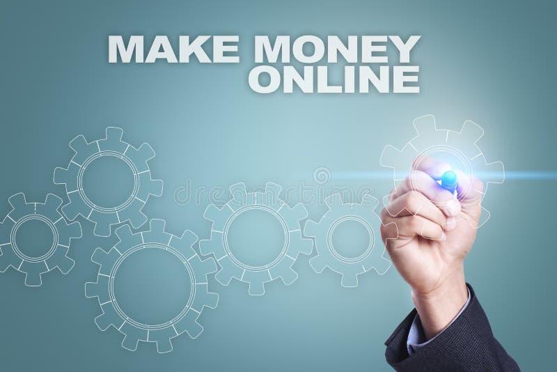 Geschäftsmannzeichnung auf virtuellem Schirm Machen Sie Geld on-line-Konzept stockbilder