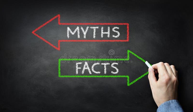 Geschäftsmannzeichnung Mythen oder Tatsachen auf Tafel stockfotos