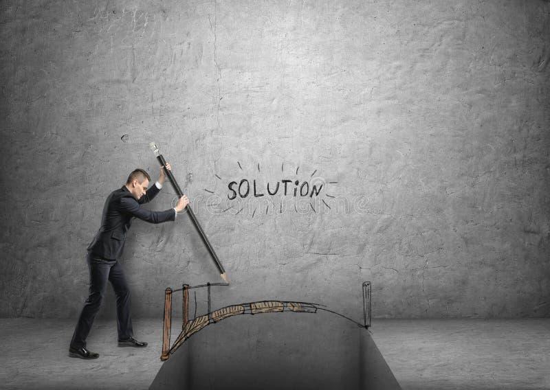Geschäftsmannzeichnungsbrücke über Abstand mit Wort u. x27; solution& x27; über ihm stockfotos