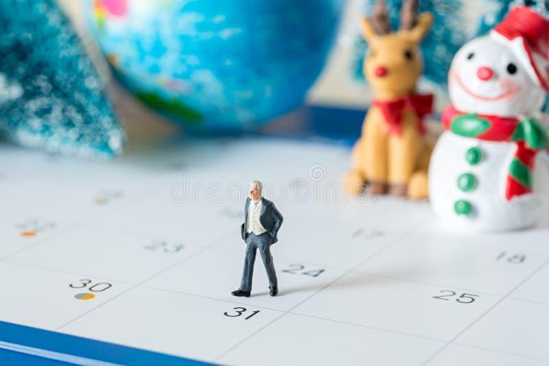 Geschäftsminiatur stellt die Leute dar, die auf den 31 Tageskalender gehen und lizenzfreie stockbilder