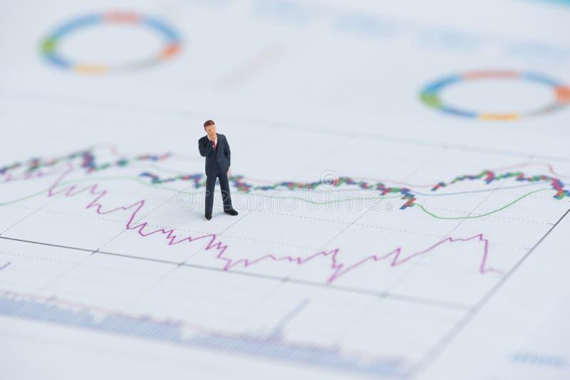 Geschäftsminiaturleute auf Geschäftsdiagramm stockbilder