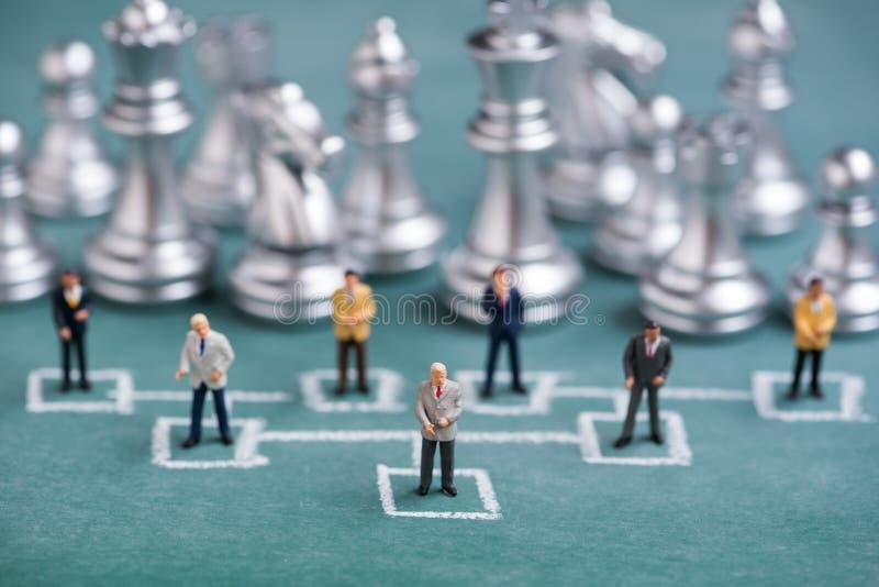 Geschäftsminiaturleute in der KreideOrganisationsübersicht stockbild