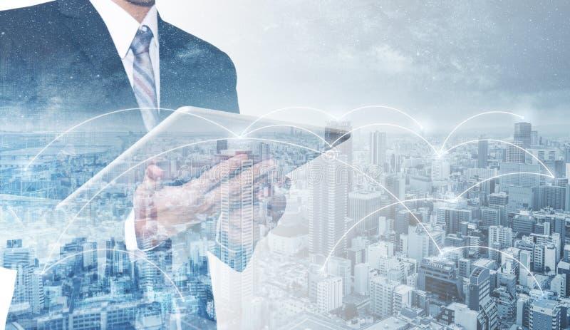 Geschäftsnetz, blockchain Technologie und Internetanschluss Doppelbelichtungsgeschäftsmann, der digitale Tablette verwenden, und  lizenzfreie stockfotos